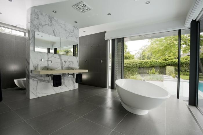 muebles baño, decoración moderna, espacio grande, ventanales, suelo con baldosas, bañera oval, lavabo doble, armario con espejos