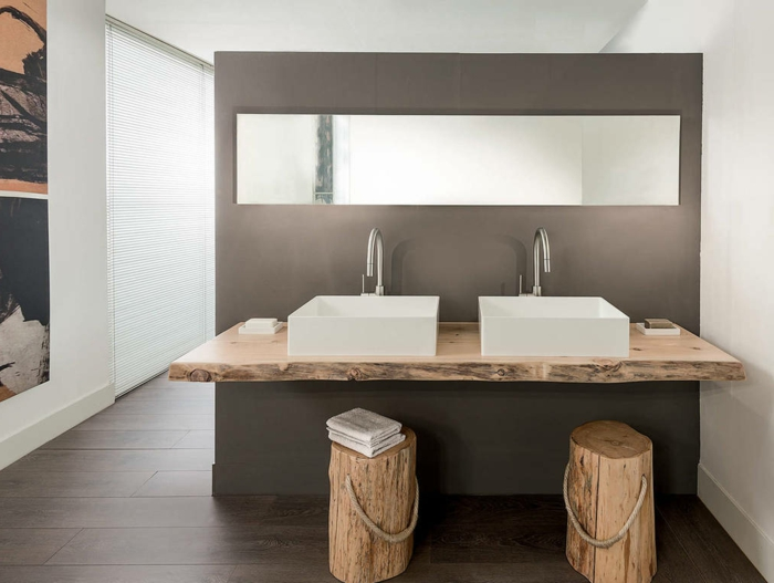 cuarto de baño de diseño minimalista con decoracion rustica, encimera para lavabos hecha de leña, interior en blanco y gris