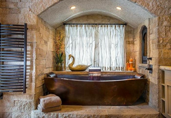 bañera de cobre exenta, cuarto de baño pequeño con interesante elemento arquitectónico, luces empotradas