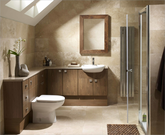pequeño baño, muebles de madera, techo inclinado con ventana, mueble baño, espejo con marco de madera, cabina de ducha, orquidea