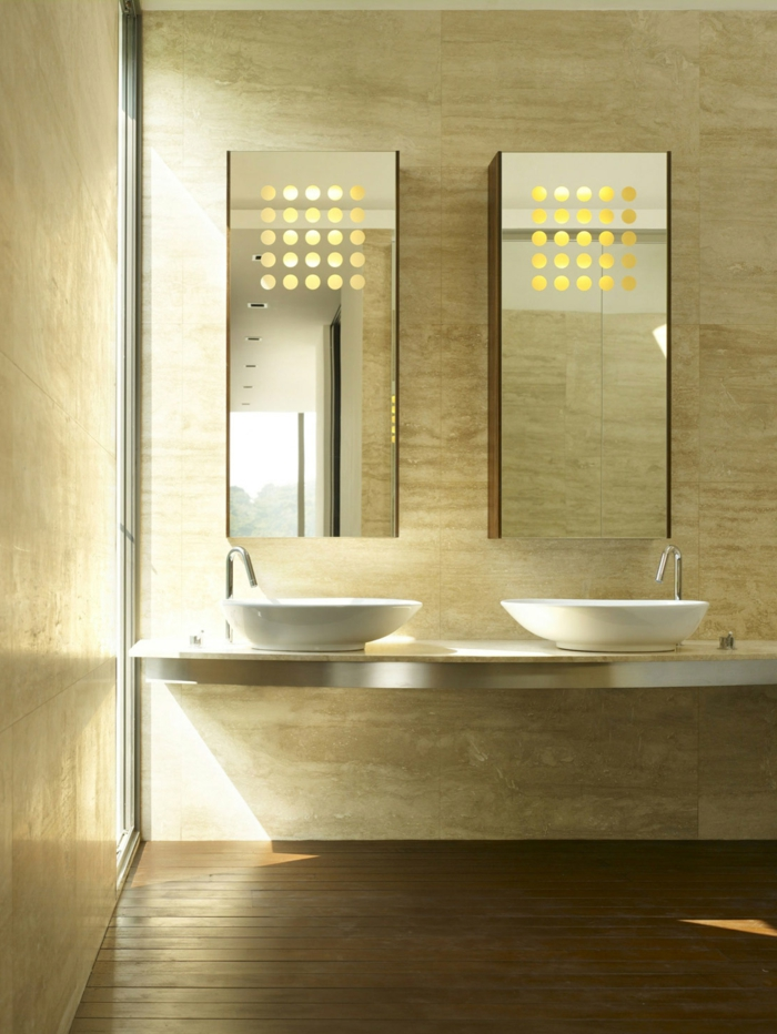 estilo moderno, mueble baño, armarios con puertas de espejo, lavabo doble, luz natural, decoración beige, suelo de tarima, baldosas paredes