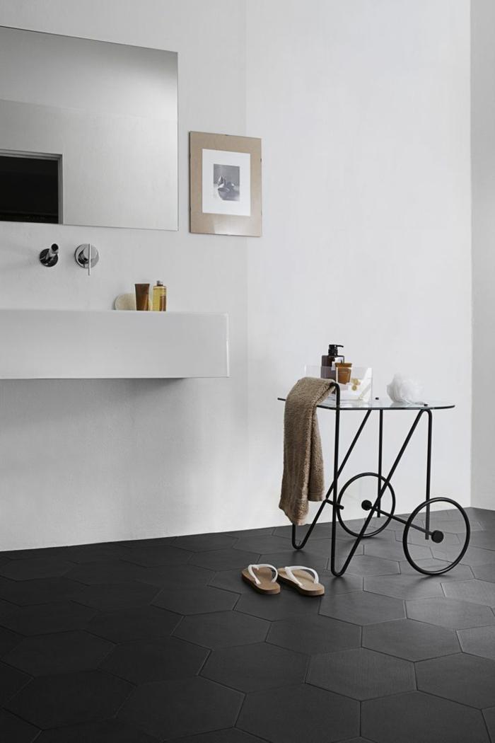 mueble baño moderno de metal con ruedas, decoración minimalista en blanco y gris, espejo grande, lavabo de obra, foto blanco y negro