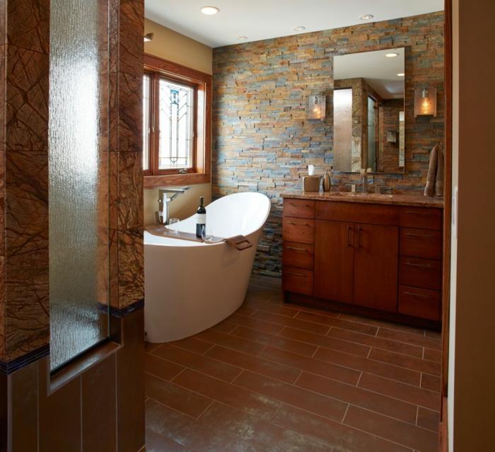cuartos de baño rústicos con toque moderno, paredes de ladrillo en diferentes tonos terrosos, suelo de azulejos en marrón y bañera exenta