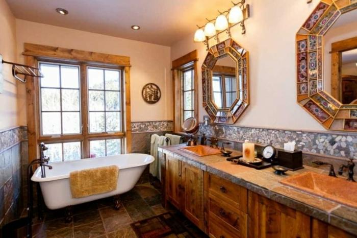 baño típico para la decoracion rustica, espejos ornamentados vintage, suelo de azulejos de diferente color y luces empotrados