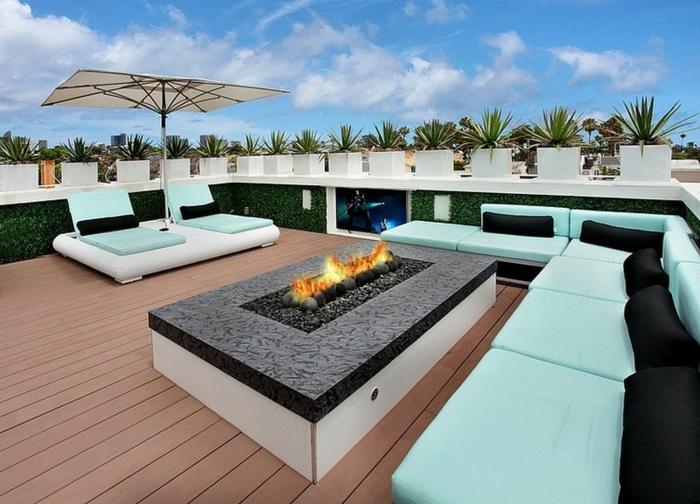 ideas coloridas para grandes terrazas, propuesta para decorar terrazas, sofá y sillones modernos tapizados en color aguamarina claro