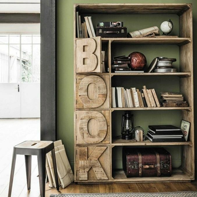 estanterias para libros, idea de estantería de madera con estantes con puertas, palabra Book, pelota, globo pequeño, maleta antigua