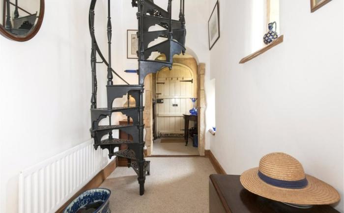 escaleras modernas, corredor y recibidor, paredes blancas con espejo, escaleras de caracol metálicas, decoración en estilo rústico