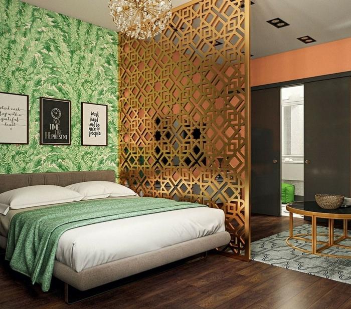 biombos ikea, elegante dormitorio con paredes con papel pintado verde con motivos botánicos, separador de ambientes alto y ornamentado