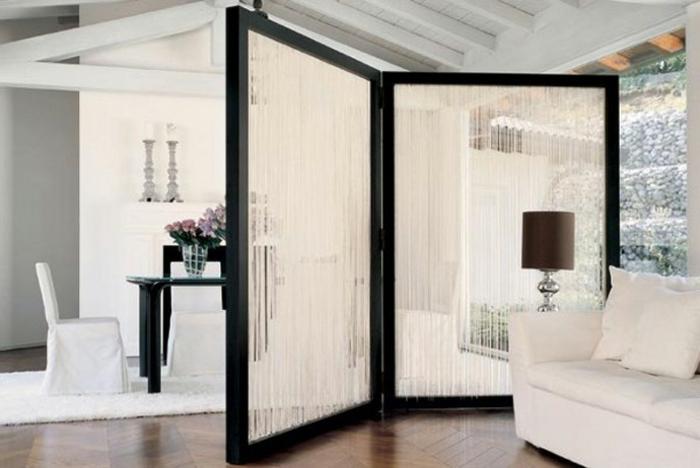 separador de ambientes, grande salón elegante en blanco y negro, separador de ambientes de dos partes plegable, suelo de parquet con alfombra peluda blanca