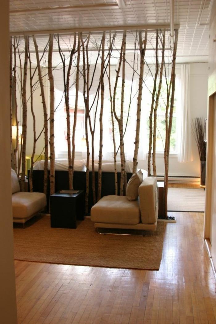 separador de ambientes, divisor de ambientes de ramas de árboles, suelo de parquet, sillones en beige