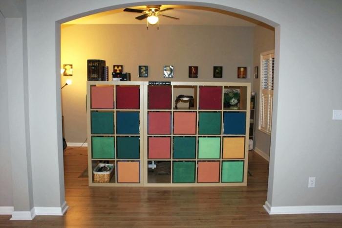 separador de ambientes, separador de ambientes de madera en mucho colores, salón pequeño con paredes con cuadros decorativos