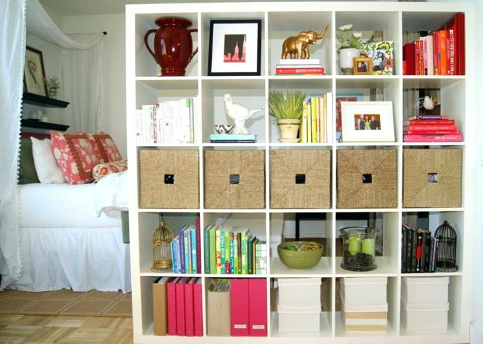 separador de ambientes, habitación pequeña dividida de un grande armario de madera pintado en blanco
