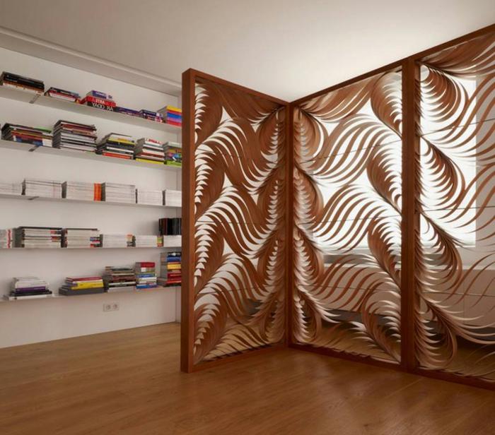 separador de ambientes, separador de ambientes plegable de madera, tres partes ornamentados, grande salón con muchos libros