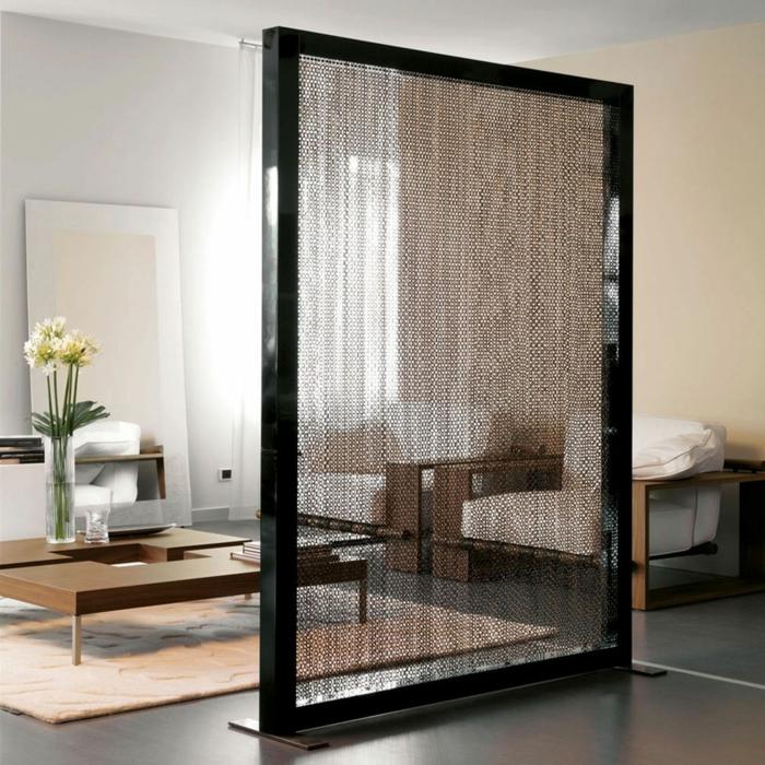 biombos barratos, precioso separador de ambientes con marco negro y partículas metálicos, suelo en gris con alfombra en color pastel