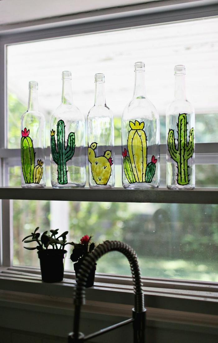botellas decorativas con dibujos de cactus, botellas de cristal decoradas con pinturas, preciosa propuesta para decorar la casa
