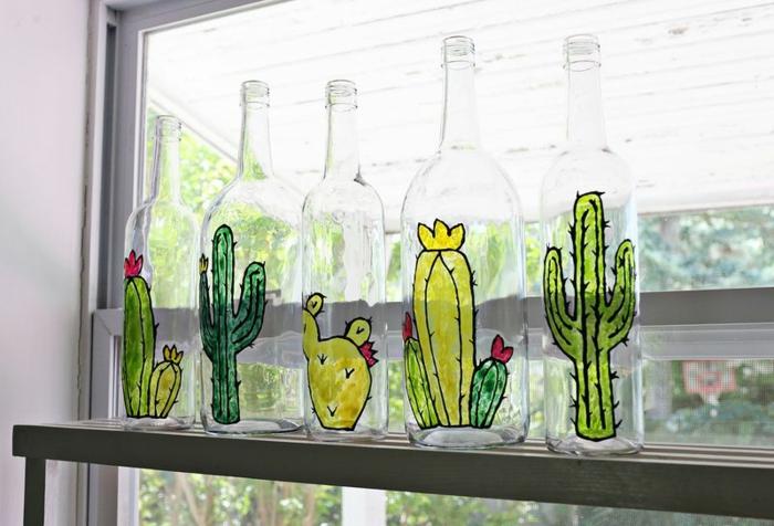 simpáticas botellas decoradas con dibujos de cactus, decoración casera fácil de hacer, manualidades paso a paso