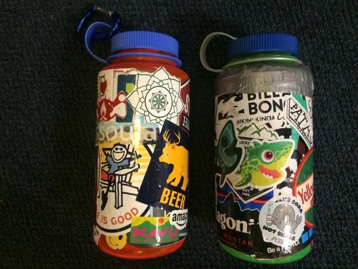 manualidades con botellas de plastico, botellas pequeñas con parches decorativos, idea divertida para los pequeños