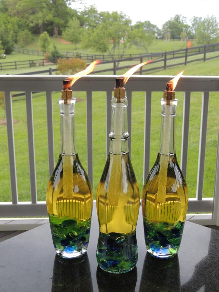 preciosa decoración para el jardín, botella dibujo fáciles de hacer, botellas de vidrio con velas y elementos decorativos
