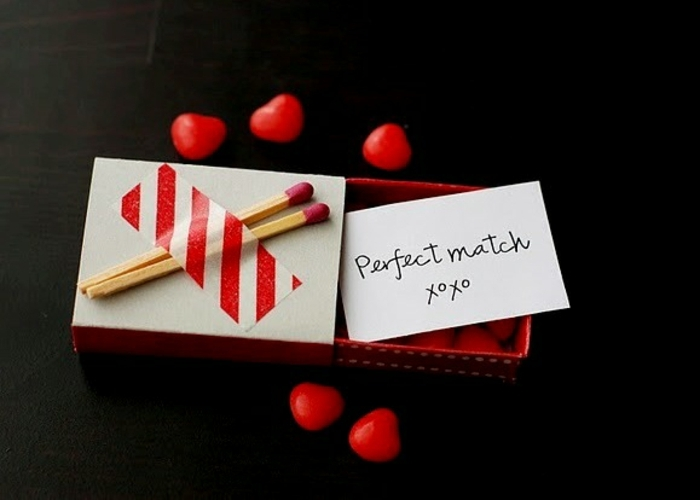 cajita pequeña de arcilla con un mensaje de amor, regalo sorpresa con idea sentimental, pequeños caramelos en forma de corazón