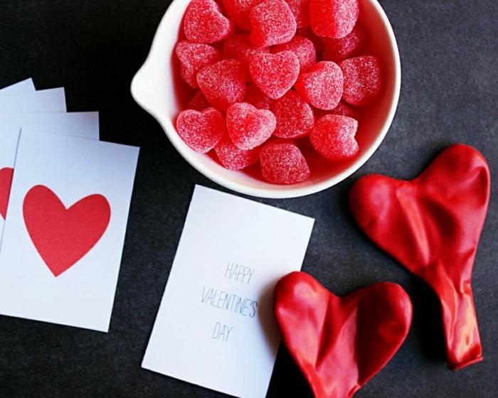 pequeños detalles en forma de corazón para organizar un regalo sorpresade San Valentín, caramelos azucarados
