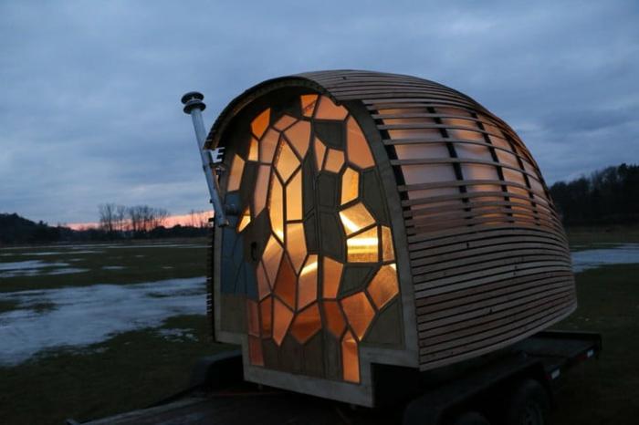 mini casas sobre ruedas, casa moderna con interesante diseño, puerta de vidrio en colores, pequeña cabaña en una valle montañosa