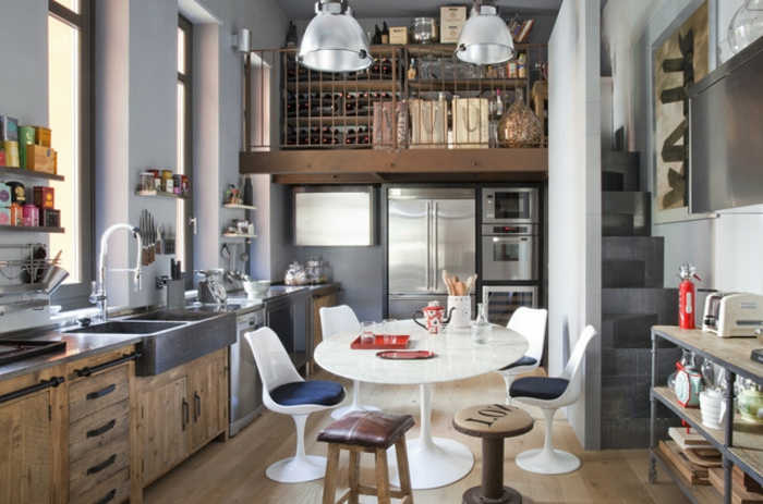 cómo decorar las cocinas blancas, propuestas de encanto, cocina comedor con sillas de diferente tamaño y estilo, paredes pintadas en gris