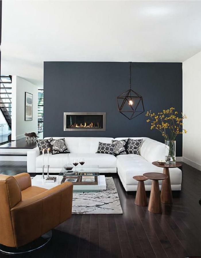 pintura para paredes, decoracion moderna salones, sofa blanco, chimenea decorativa, pared de acento en gris oscuro, mesa de vidrio, sillon de piel, flores, l'ampara colgante