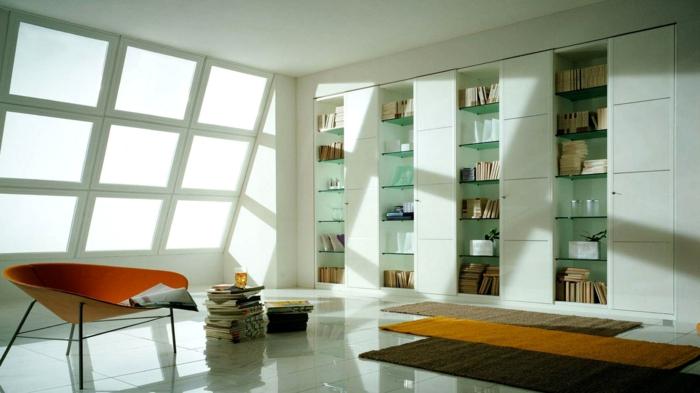 decoración moderna, estanterias de pared. librería empotrada con estantes de vidrio y puertas blancas, ventana inclinada, tapetes, sillón