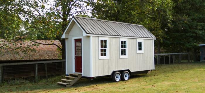 casa cube, vivienda prefabricada en ruedas con revestimiento de madera, casa pintada en blanco y color champán con techo marrón