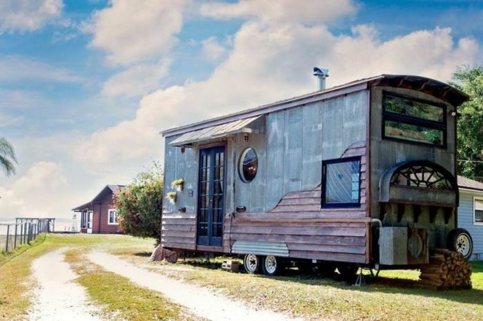 casa cube, vieja furgoneta de ruedas con revestimiento DIY, ideas de minicasas en el campo