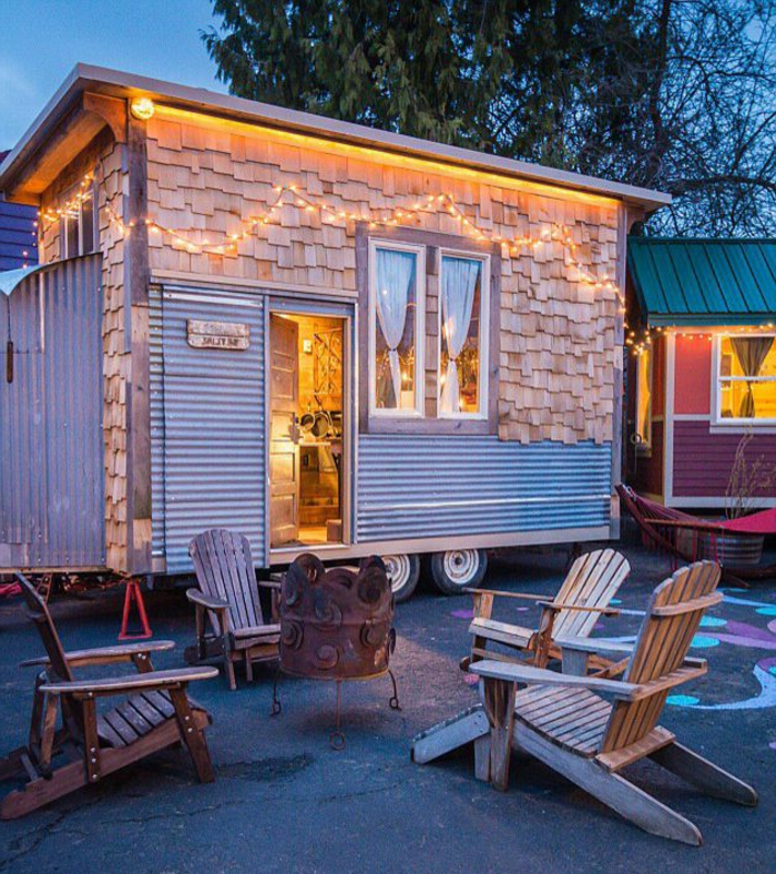 casa cube, vivienda mínima en ruedas, revestimiento original, casa decorada de pequeñas lamparillas, decorativas