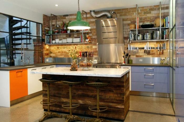 ideas para amueblar una cocina comedor, barra grande en el centro de la estancia, armarios en anaranjado y lila