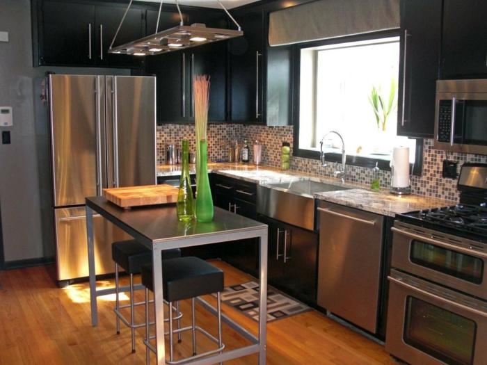 cocina comedor de diseño moderno en negro y gris y lámpara original, muebles de laminados y suelo de parquet