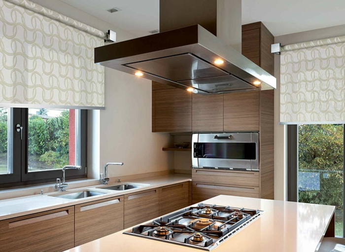 cortinas baratas, cocina ancha y larga con muebles modernos y estores en color champán con ornamentos