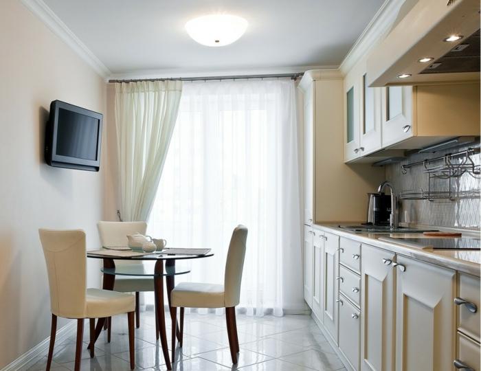 cortinas baratas, pequeña cocina pintada en blanco, pared en rosado, ligeras cortinas de visillo en blanco, tendencias en las cortinas para cocina