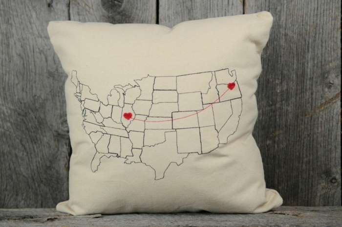 regalo sorpresa para San Valentín, cojin decorativo con valor sentimental, almohada pequeña en color beige con dibujos