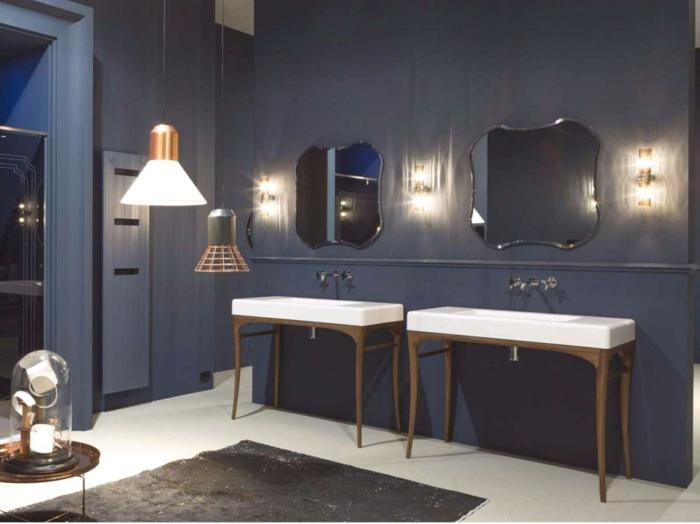 ideas de baño, muebles auxiliares de baño, madera. dos lavabos, espejos con forma irregular,paredes en azul oscuro, tapete, luz artificial