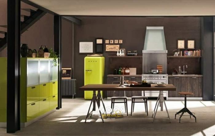 grande cocina de colores oscuros con punto focal en la nevera y el armario en verde llamativo, cocina moderna industrial