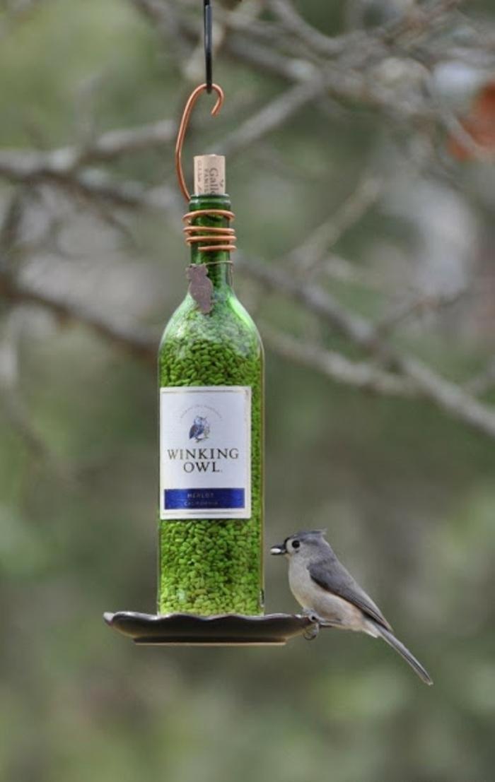 idea encantadora para hacer un comedero de pájaros DIY de una botella de cristal, botella dibujo propuesta fácil
