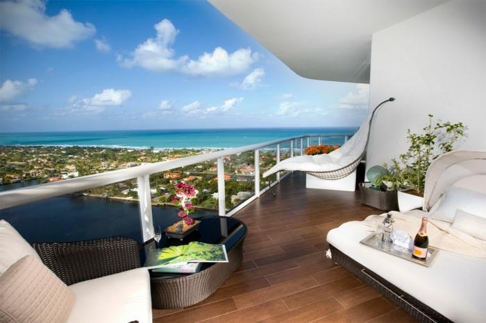 terrazas que dan al mar, bonita propuesta para decorar terrazas en blanco, muebles de diseño original en blanco