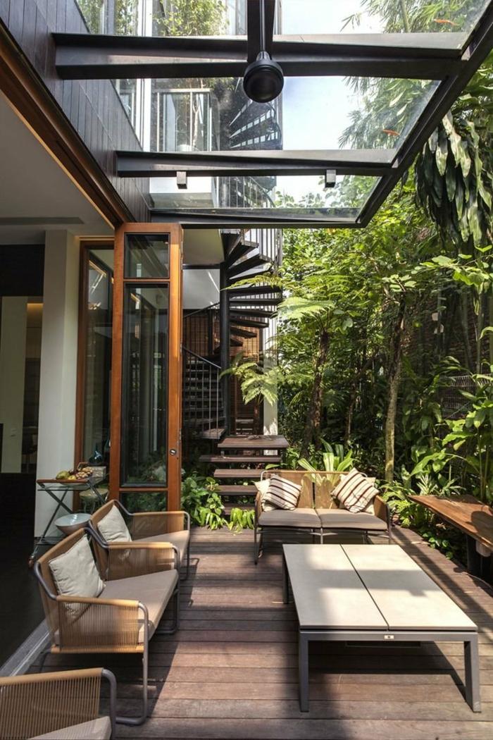 propuestas para decorar terrazas externas, muchas vegetación, muebles de diseño sencillo de colores terrosos hechos de madera