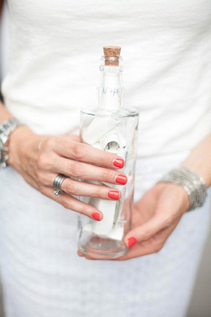 botella de vidrio reutilizada, propuesta original para guardar cosas, botella dibujo manualidades fáciles de hacer