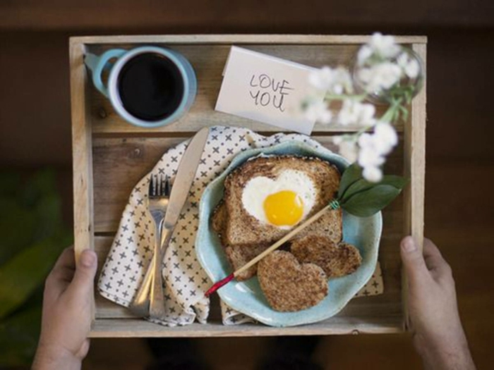 desayuno románticoc on mixto con huevo en forma de corazón, tablero de madera DIY, ideas sobre como sorprender a mi novia