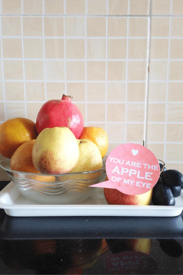 sorpresa para tu pareja, que regalar a tu novio, mensajes imprimidos en los diferentes objetos de la casa, frutas con texto, eres la luz de mis ojos