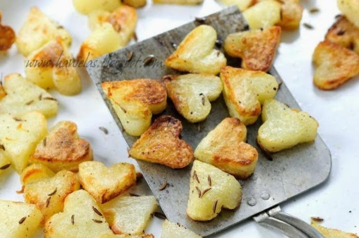 patatas fritas en forma de corazón con rosmarina, sorpresas para tu pareja con su plato favorito, ideas San Vlentín