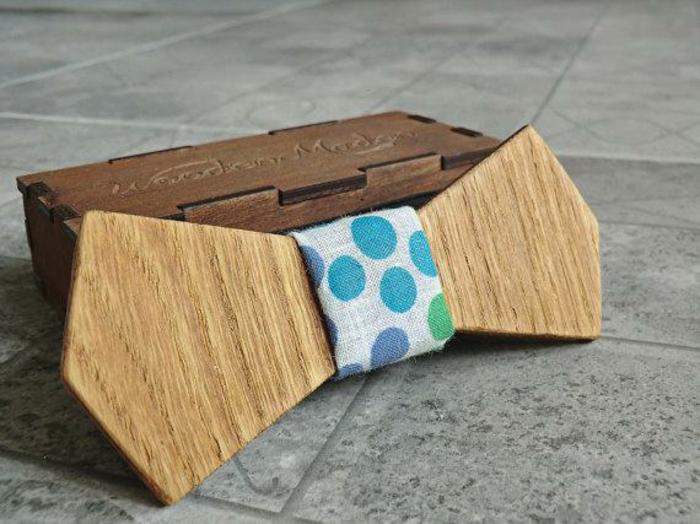 ideas de regalos, corbata de moño de madera y tela en puntos azules y verdes, que regalar a tu novio, cajita de madera