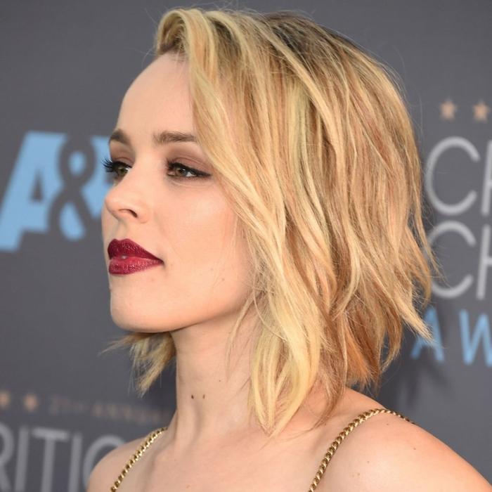cortes de pelo corto mujer, cabello de longitud media con efecto despeinado, ligeros rizos, cabello rubio en carre