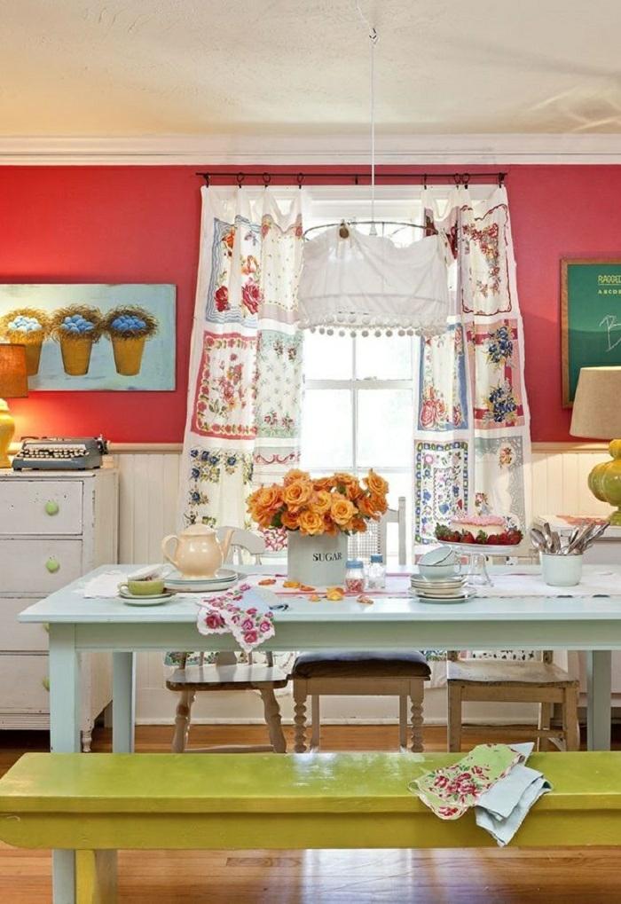 cortinas cocina, cocina con aire coqueto, banco en color mostaza, paredes en rojo saturado, cortina con motivos florales