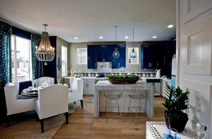 cortinas cocina, grande cocina con barra en el centro y comedor, interior decorado en azul y blanco, sillas en blanco modernas