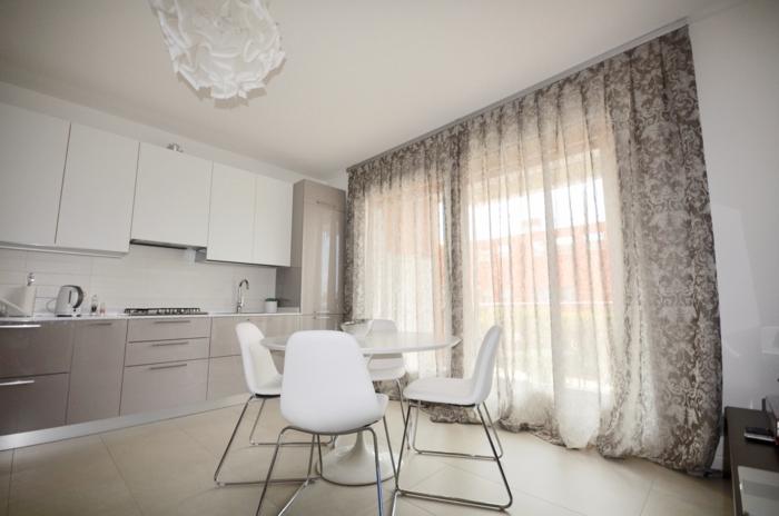 cortinas cocina, preciosa cocina en blanco con lámpara original y cortinas de visillo con ornamentos florales